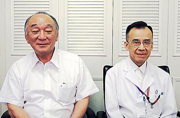 岩坂院長(左)、富田薬剤部長