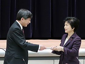 答申書を高木副大臣(右)に手渡す田辺中医協会長